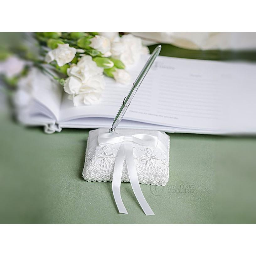 pero na svadbu so stojanom biele zdobené s mašľou megamix.sk