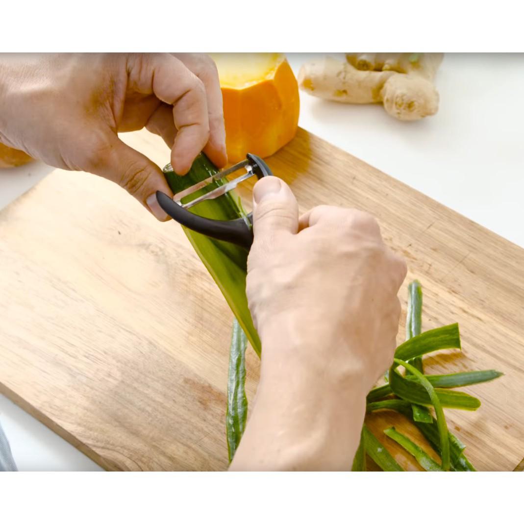 škrabka na šúpanie zeleniny Fiskars peeler megamix.sk